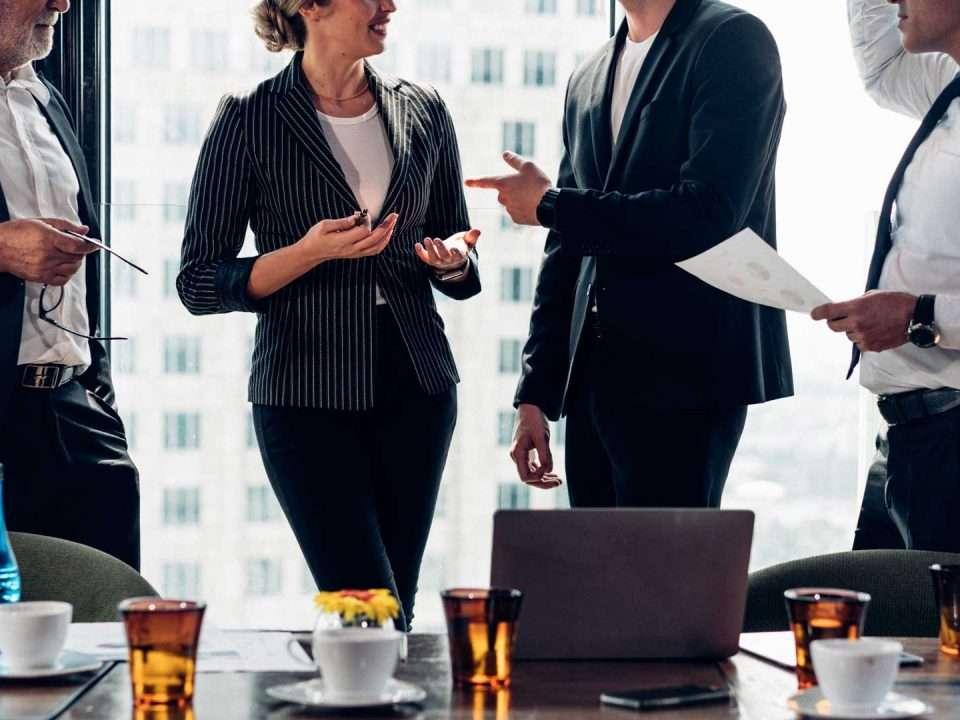 comunicare bene, colleghi parlano in ufficio