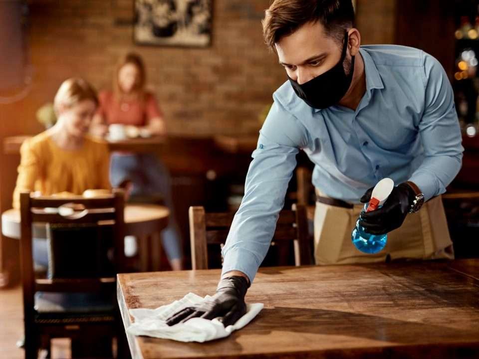 ristoranti si previene il rischio di contagio igienizzando i tavoli